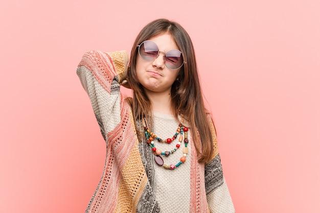 Weinig hippiemeisje dat aan nekpijn lijdt vanwege sedentaire levensstijl.