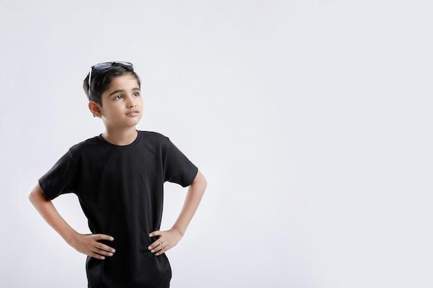 Weinig indische / aziatische jongen die houding toont