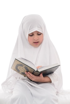 Weinig jong moslimmeisje koranlezing