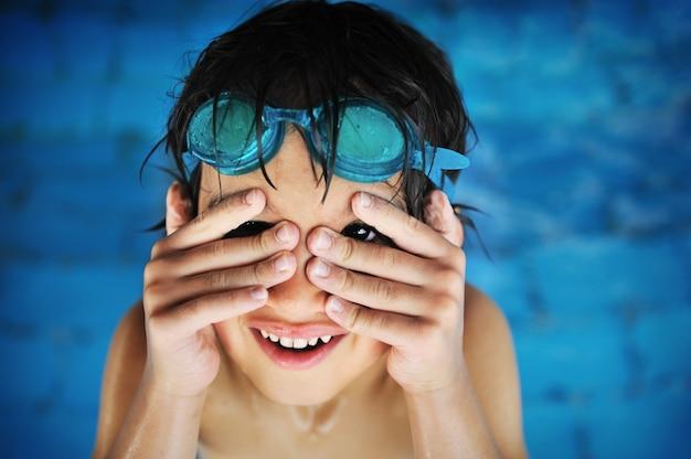 Weinig jongen bij zwembad