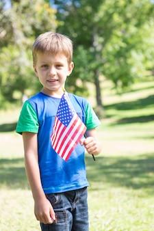 Weinig jongen die amerikaanse vlag golft