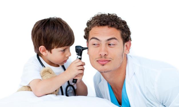 Weinig jongen die een mannelijke arts onderzoekt