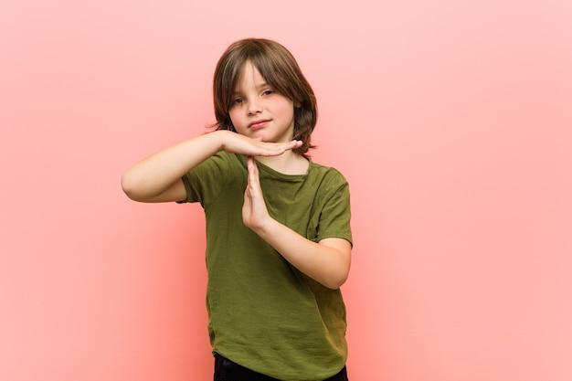 Weinig jongen die een time-outgebaar toont.