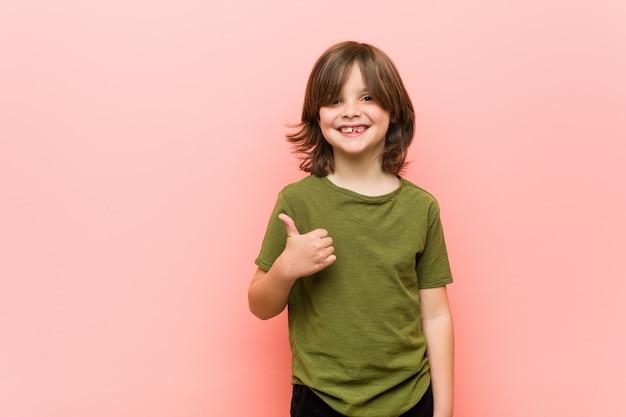 Weinig jongen die en duim glimlacht opheft