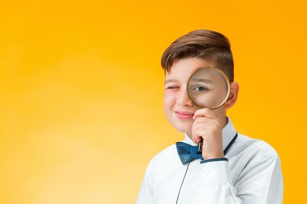Weinig jongen die het meer magnifier dicht omhoog kijken gebruiken