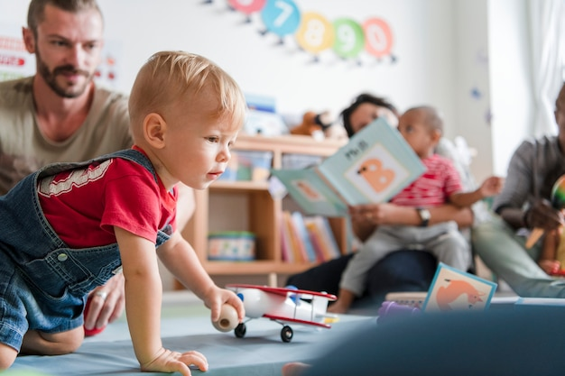 Weinig jongen die in een klaslokaal speelt