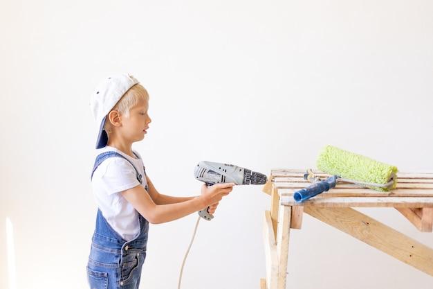 Weinig jongen die met hulpmiddelen speelt