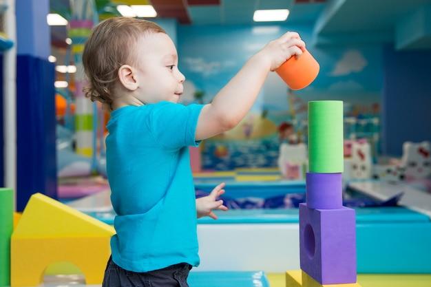 Weinig jongen die met kubussen speelt
