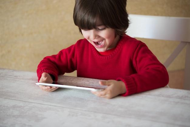 Weinig jongen die met tabletpc thuis speelt