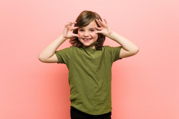 Weinig jongen die ogen houdt geopend om een succeskans te vinden.
