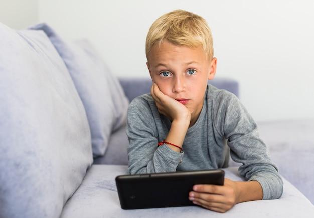 Weinig jongen die pret met tablet heeft