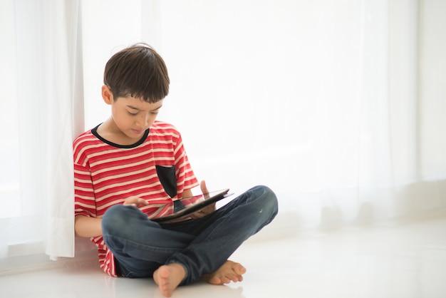 Weinig jongen die thuis tablet speelt