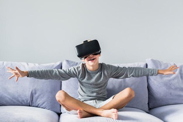 Weinig jongen die virtuele werkelijkheidsglazen gebruikt