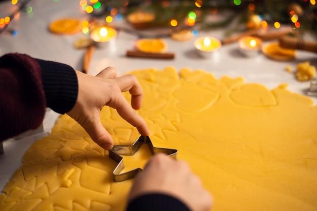 Weinig jongen die zijn moeder helpt om koekjes voor kerstmis te koken