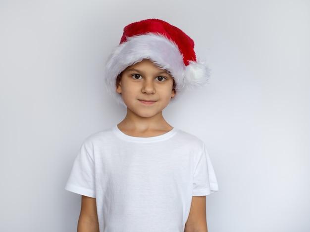 Weinig jongen in kerstmisconcept van de santahoed