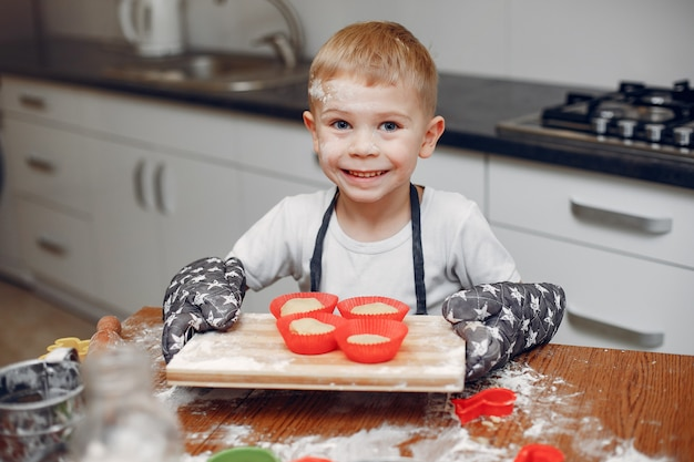Weinig jongen kookt het deeg voor koekjes