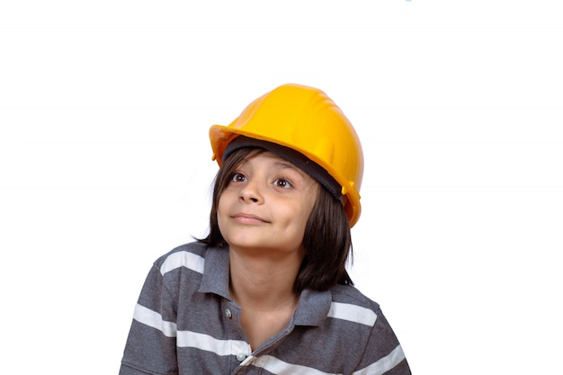 Weinig jongen met bouwhelm.