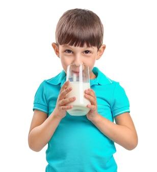 Weinig jongen met melk op wit