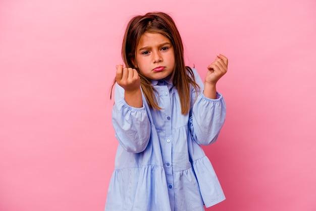 Weinig kaukasisch meisje dat op roze wordt geïsoleerdt dat toont dat geen geld heeft.