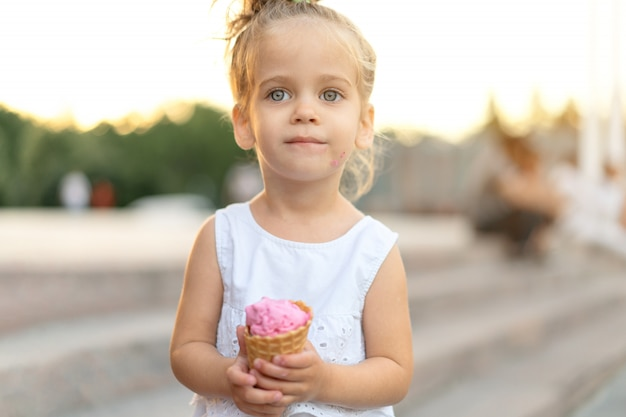 Weinig kaukasisch meisje eet ijs