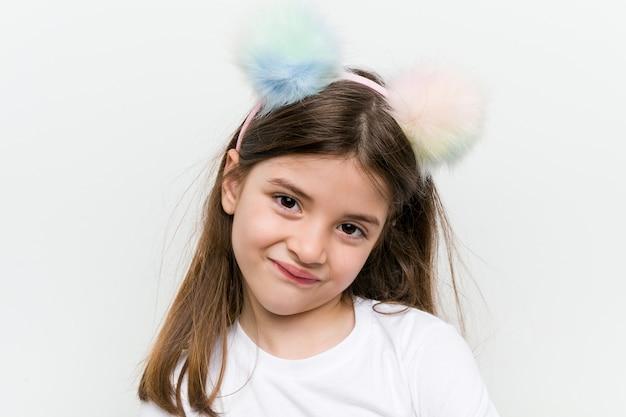 Weinig kaukasisch meisje met kostuum en toebehoren die pret hebben