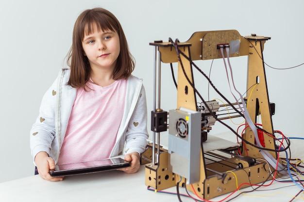 Weinig kindarchitect die 3d printer gebruiken. schoolmeisje, technologieën en studieconcept.