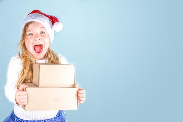 Weinig leuk meisje kerstcadeaus met kopie ruimte te houden