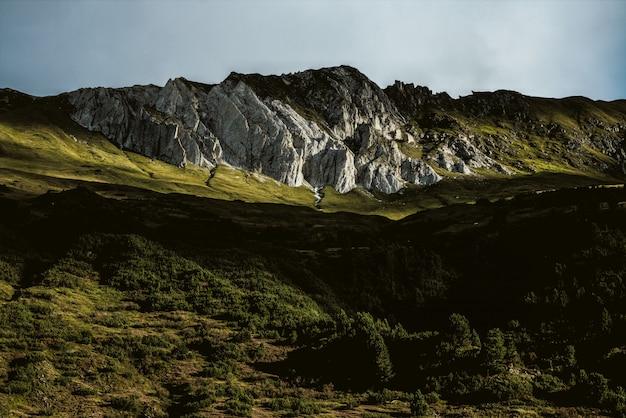 Weinig licht van de berg