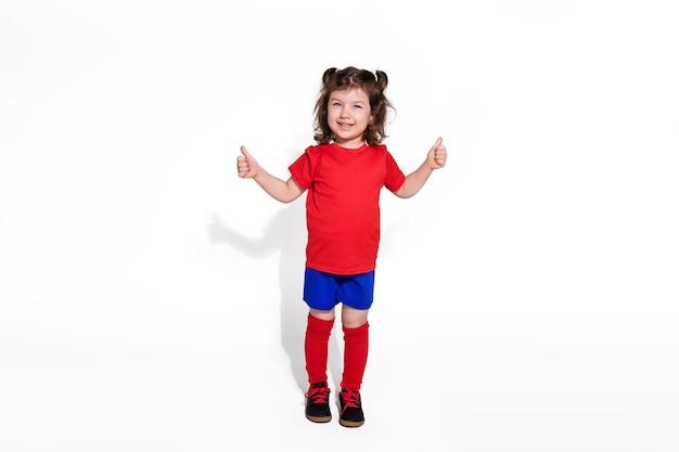 Weinig mooi meisje 5 jaar in geïsoleerd voetbal uniform