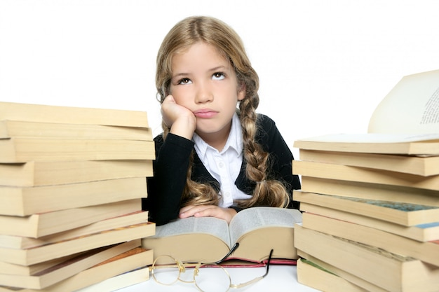 Weinig ongelukkig droevig studenten blond gevlecht meisje bored met gestapeld