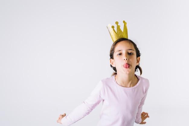 Weinig prinses die tong toont