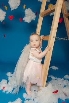 Weinig schattig meisje engelen op een blauwe achtergrond voor valentijnsdag
