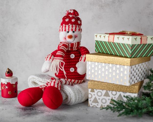 Weinig verschillende dozen met kerstcadeautjes, boomtakken.