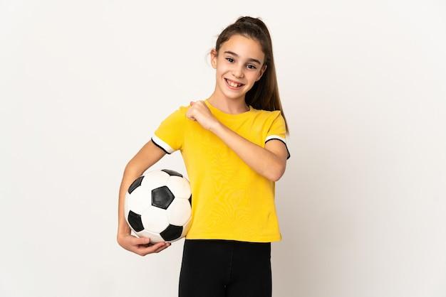 Weinig voetballervrouw die op witte muur wordt geïsoleerd die een overwinning viert