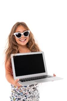 Weinig vrij kaukasisch meisje met laptop, beeld dat op witte achtergrond wordt geïsoleerd