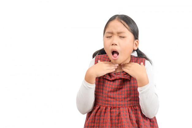 Weinig ziek aziatisch geïsoleerd meisje met keelpijn