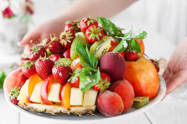 Weiter plaat met vers fruitmix op tafel