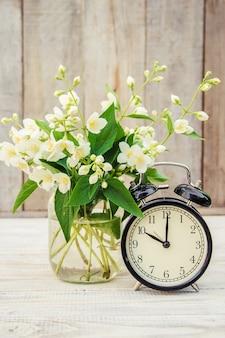 Wekker 10 uur. bloemen. selectieve aandacht.
