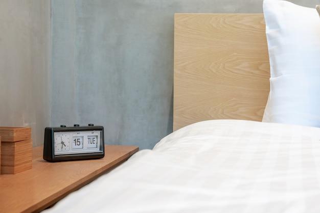 Wekker bij het bed in de slaapkamer