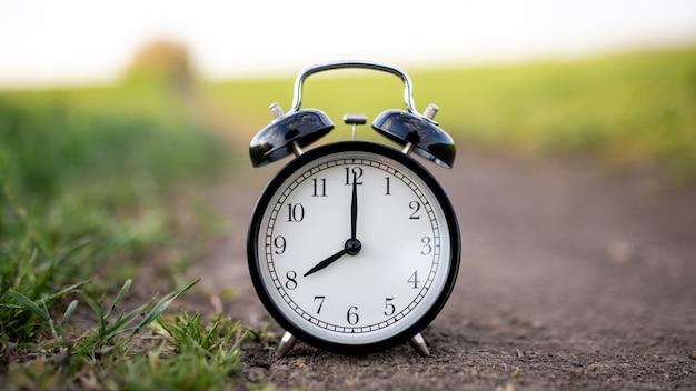 Wekker bij zonsondergang toont acht uur