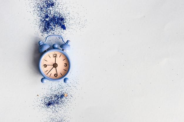 Wekker en blauw glitter