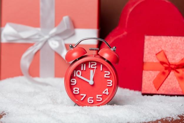Wekker en geschenkdozen in een sneeuw
