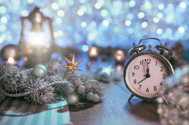 Wekker en glinsterende decoraties