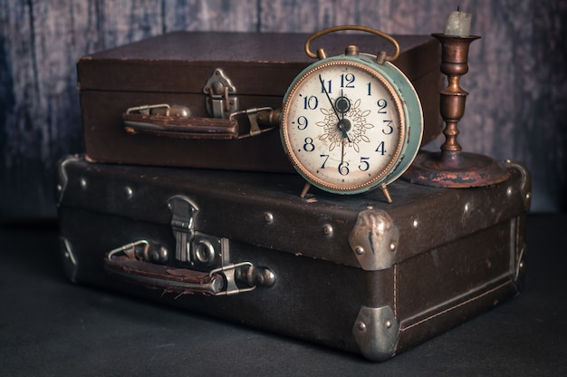 Wekker en koffers in retrostijl