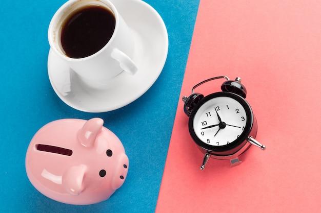 Wekker en spaarvarken om tijd te besparen
