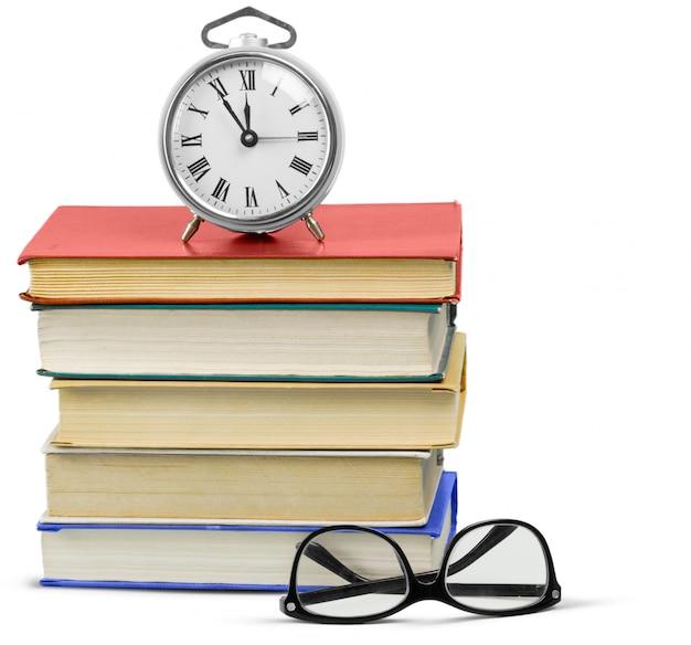 Wekker en stapel boeken