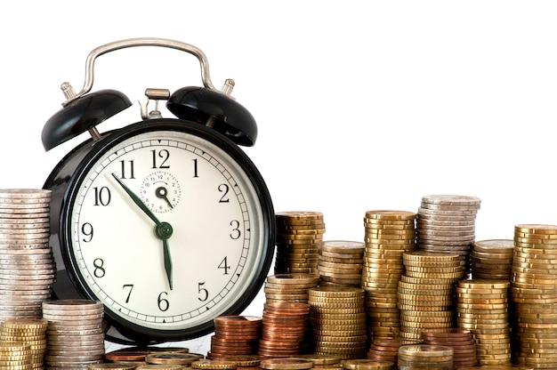 Wekker en veel euromunten