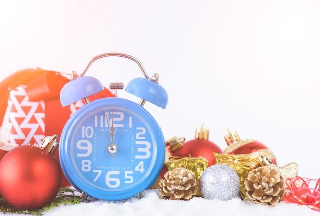 Wekker, kerstmisdecoratie en de achtergrond van de giftdoos.