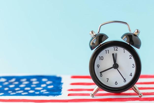 Wekker op abstracte hand getekend amerikaanse vlag op achtergrond