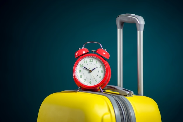 Wekker op bagage. reis- en vakantieconcept.
